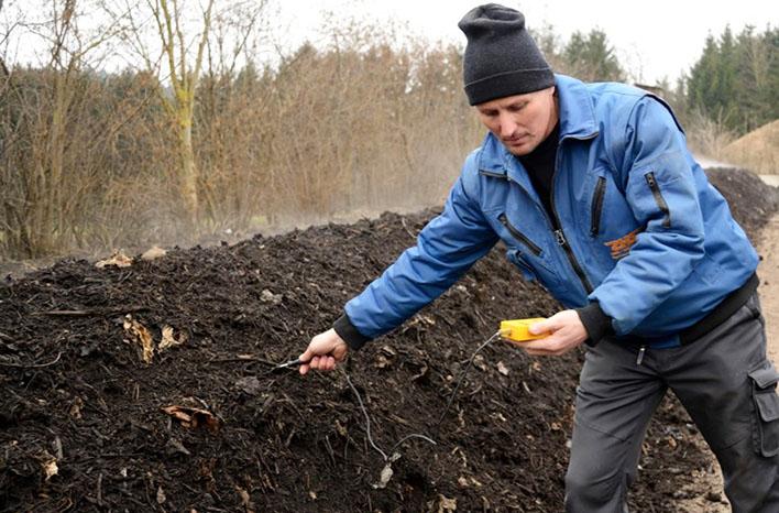 Measuring compost temperature