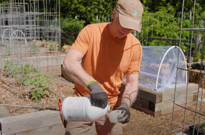 Mixing liquid fertilizer